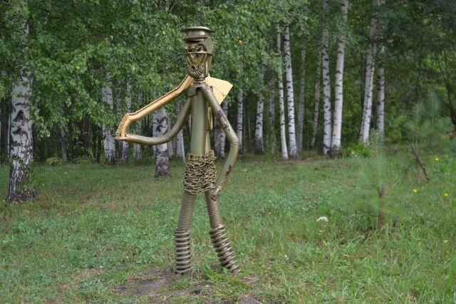 Железяки - главные «герои» парка на аллее Интернационалистов.