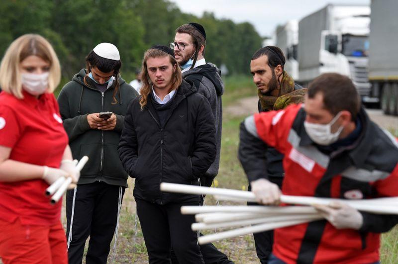 Волонтеры Белорусского Красного Креста и паломники-хасиды на нейтральной полосе белорусско-украинской границы между пунктами пропуска «Новая Гута» и «Новые Яриловичи».