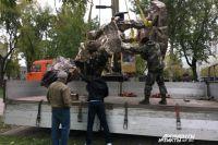После торжественного открытия памятник увезли.
