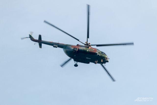 Рабочий сорвался с фюзеляжа вертолёта и упал на бетонное покрытие и получил тяжёлые травмы.