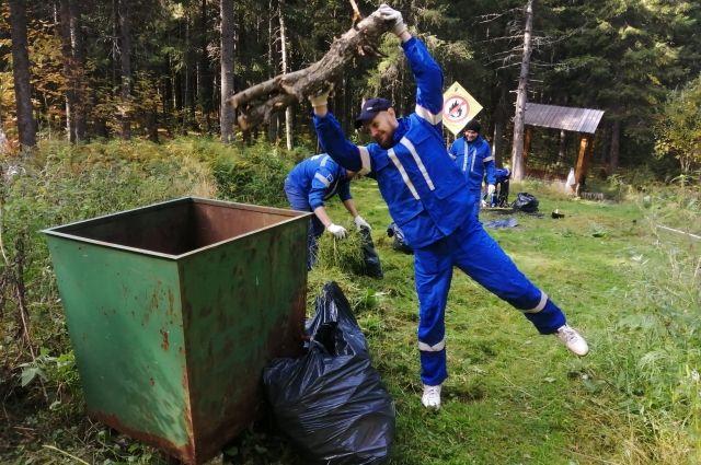 Экологические субботники некоторые активисты не просто одобряют, а делом показывают пример и регулярно выходят на природу