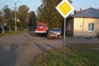 34-летняя женщина и 4-летний мальчик в Сарапуле попали под машину, идя по тротуару.