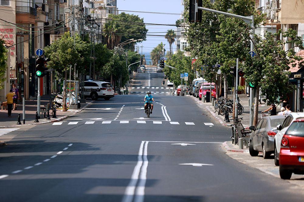 Велосипедист на одной из улиц в Тель-Авиве.