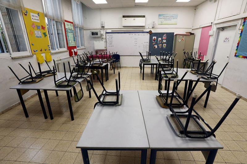 Общественный транспорт и предприятия будут работать с ограничениями. На время карантина будут закрыты образовательные и развлекательные учреждения, кафе, рестораны и спортивные клубы, торговые центры и парикмахерские. На фото: пустой класс в школе, закрытой за день до начала карантина в Иерусалиме.