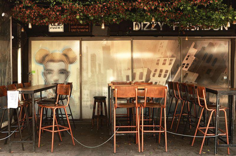 Закрытое уличное кафе в Тель-Авиве.