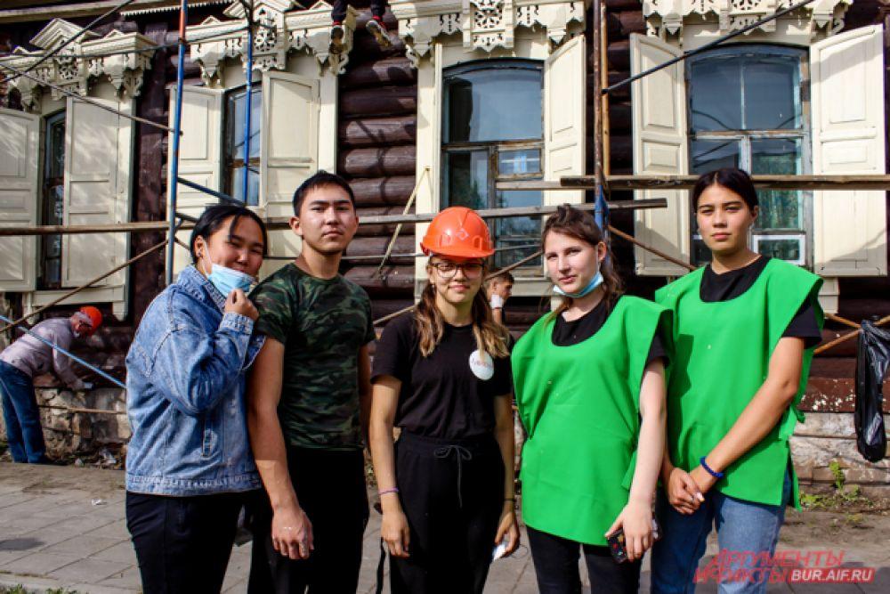 Непосредственное участие в покраске фасадов и других работах принимали студенты, волонтёры и активисты.