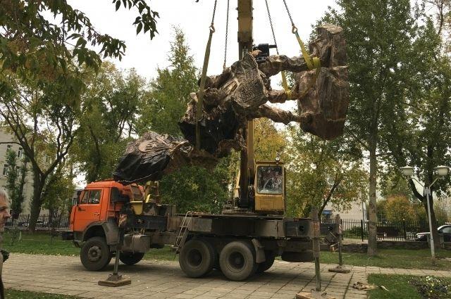 Памятник убрали после установки.
