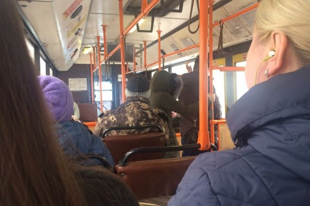 Мужчина зашёл в автобус маршрута №20 на «остановке Генерала Панфилова».
