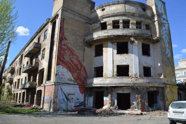 Здание долгое время стояло в полуразрушенном состоянии.