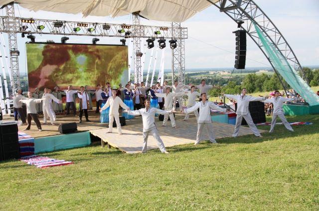 Именно на сцене на горе Пикет проходит закрытие Шукшинских дней
