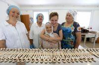 Гузель Санжапова с бабушкой и их карамельки вдеревянных ложечках