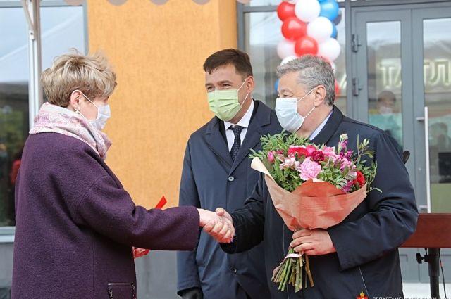 Евгений Куйвашев и Аркадий Чернецкий поздравили новосёлов с получением долгожданного жилья