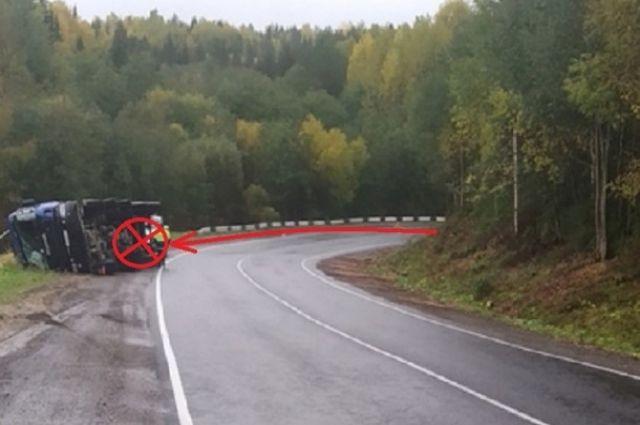 В какой-то момент мужчина не справился с рулевым управлением, и большегруз опрокинулся на правую обочину.