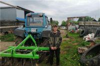 Молодой фермер на выделенные деньги купил инвентарь для обработки поля.