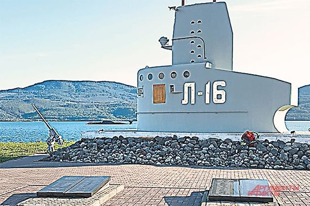 Рыбачий. Памятник экипажу подводной лодки Л-16, погибшей в 1942 г., на площади Героев-подводников.