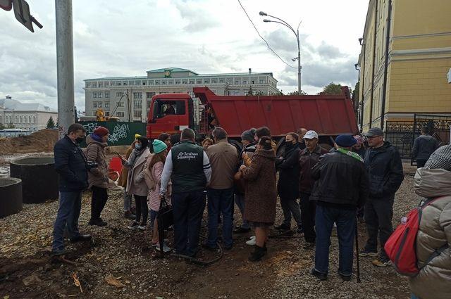 Жители города шокированы неожиданной вырубкой деревьев.