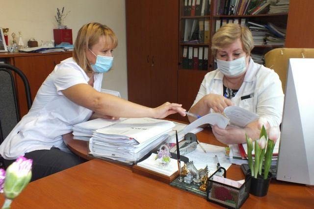 Светлана Сагайдачная и Елена Кравченко обсуждают лечение.
