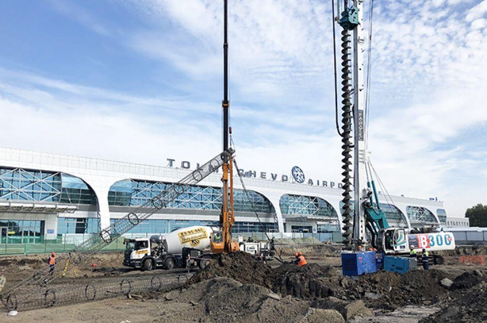 Евгений Янкилевич подчеркнул, что в течение двух лет строительства терминала аэропорт Толмачёво обеспечит максимально возможные комфортные условия для пассажиров.