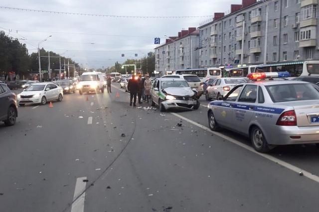 После массового ДТП в Уфе с участием автомобиля ФССП госпитализированы двое