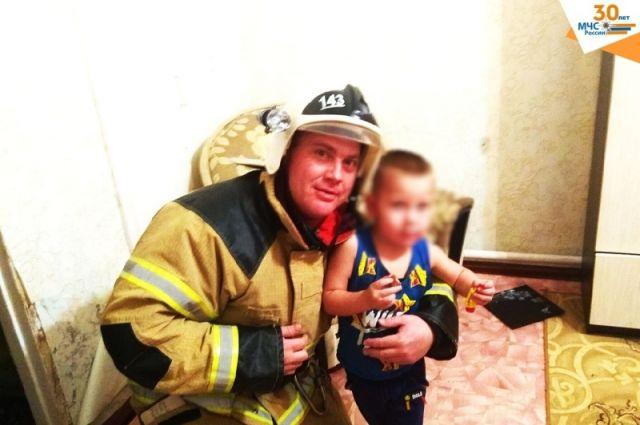 В Тюменской области пожарные помогли ребенку, застрявшему в батарее