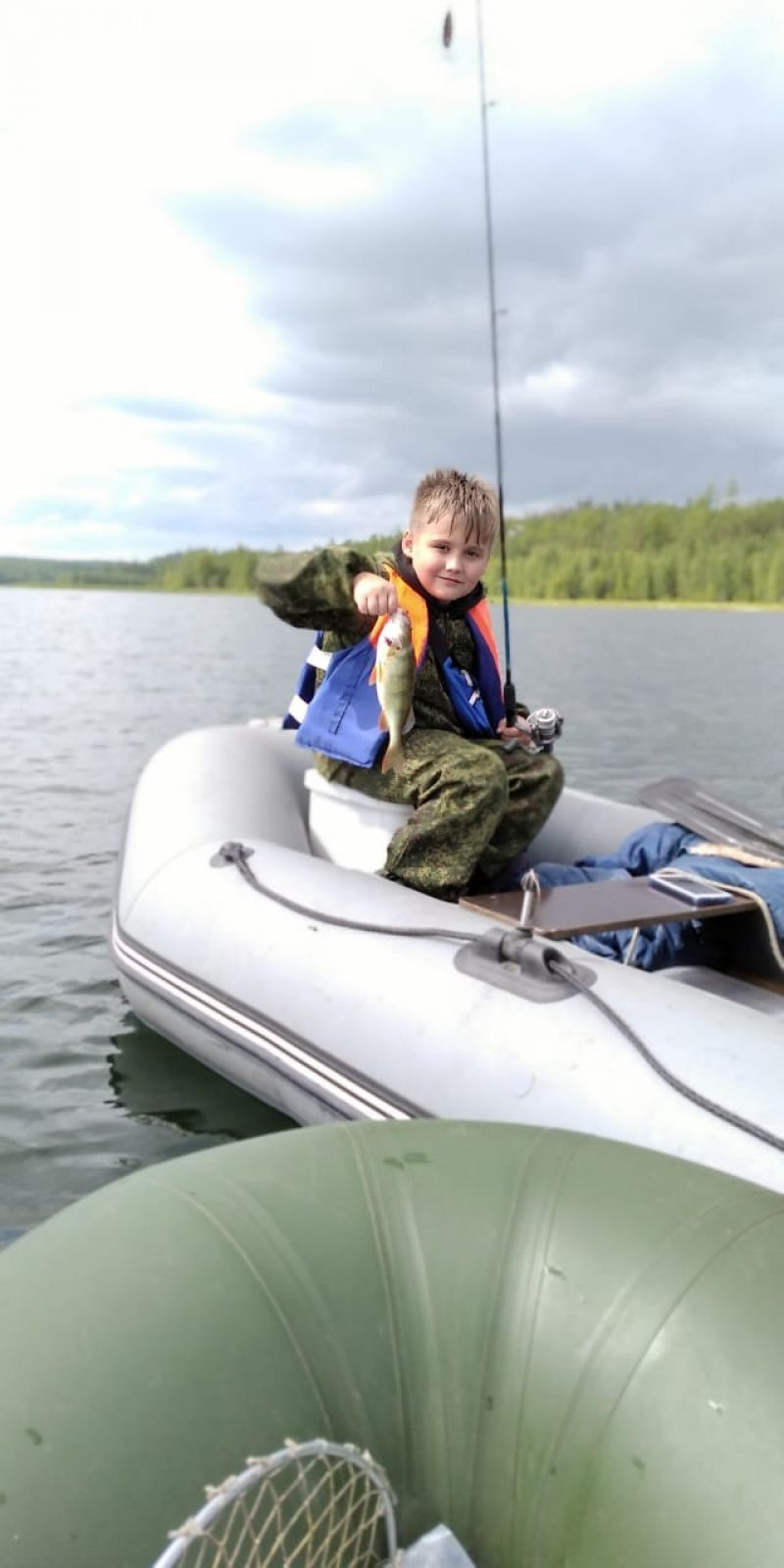 Кирилл Гончаров. 9-летний Кирилл Гончаров уже знает толк в рыбалке. Этого жирного окуня он поймал в Усть-Илимском водохранилище.