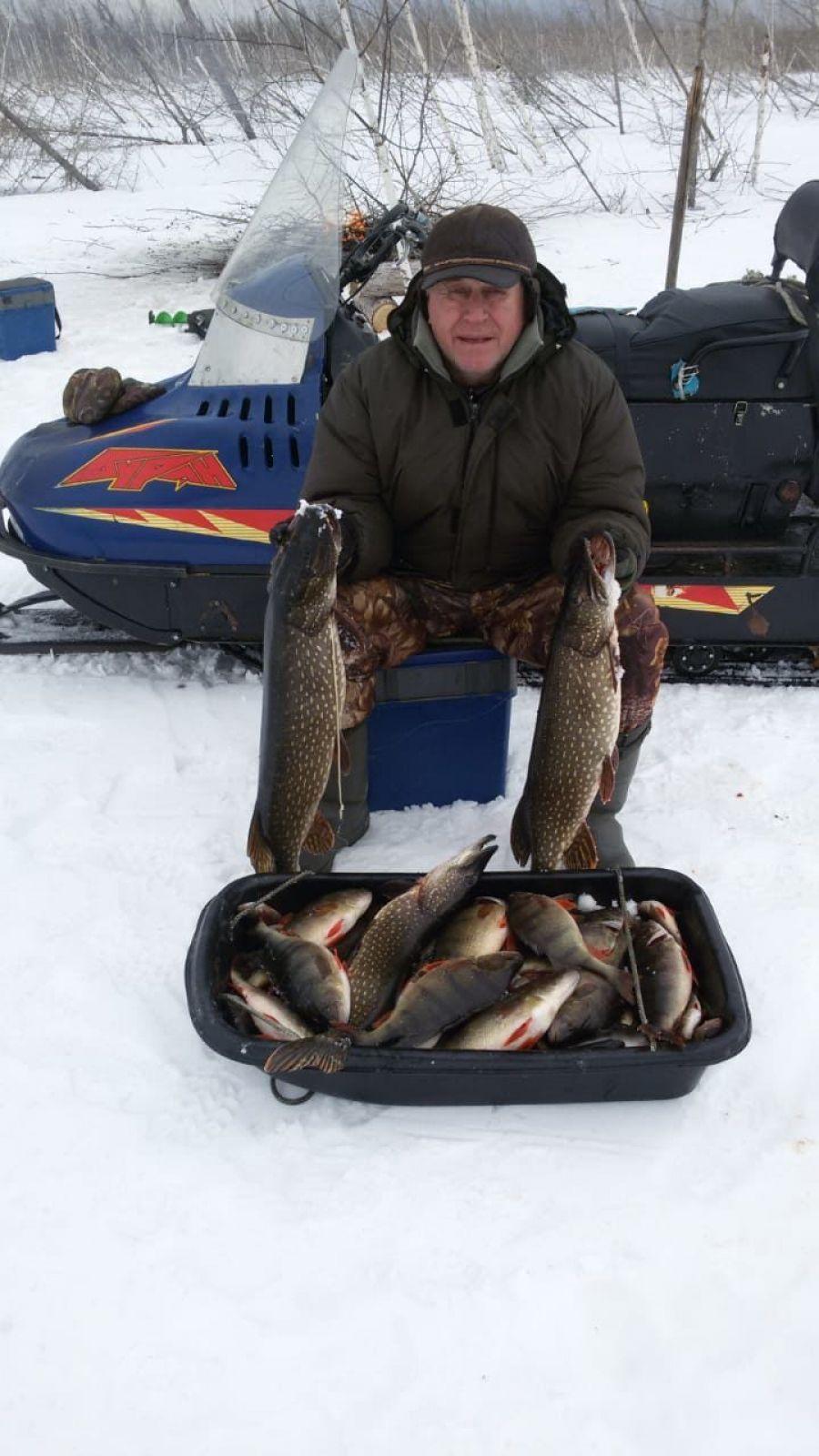 Владимир Борисов рыбачит в Усть-Илимском районе. Судя по фото, места там рыбные.