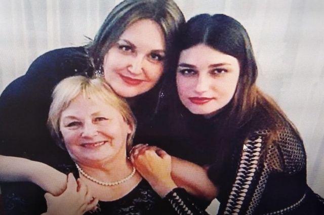 Евгения Володина (справа) с мамой и сестрой.