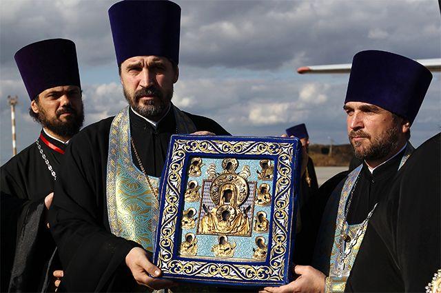 Священнослужители с Курской Коренной иконой Божией Матери «Знамение».