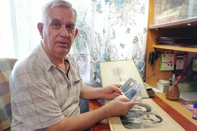 Виктор Иванов бережно хранит старый альбом со снимками отца и деда