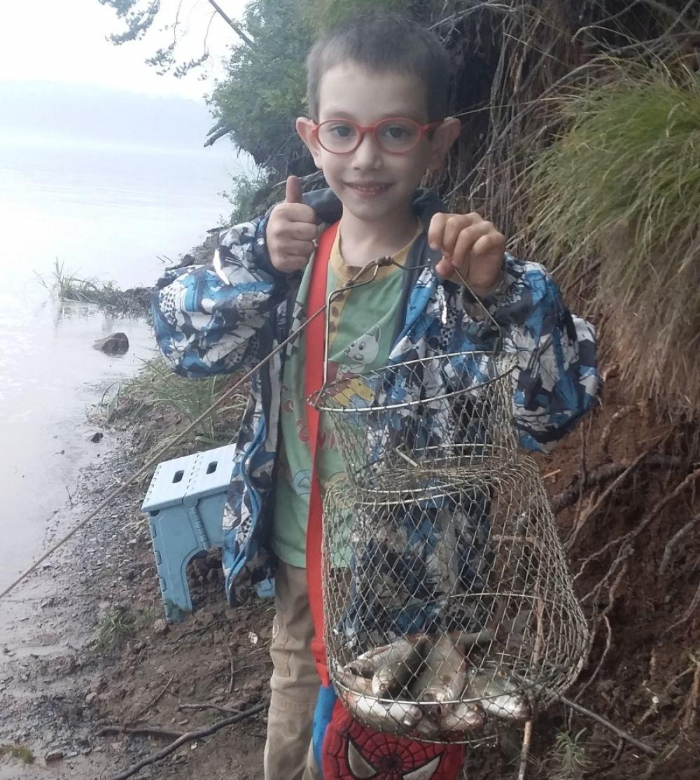 Дмитрий Клочков. Диме всего 8 лет, а он уже бывалый рыбак. В этот раз ему попалась сорога в заливе Еловый Иркутского водохранилища.