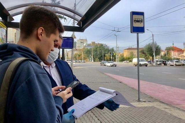 Они отказались надеть защитные маски в общественном транспорте.