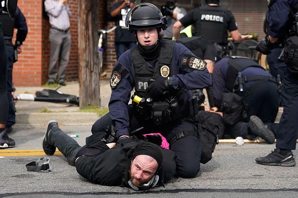 Задержание демонстрантов во время протестов.