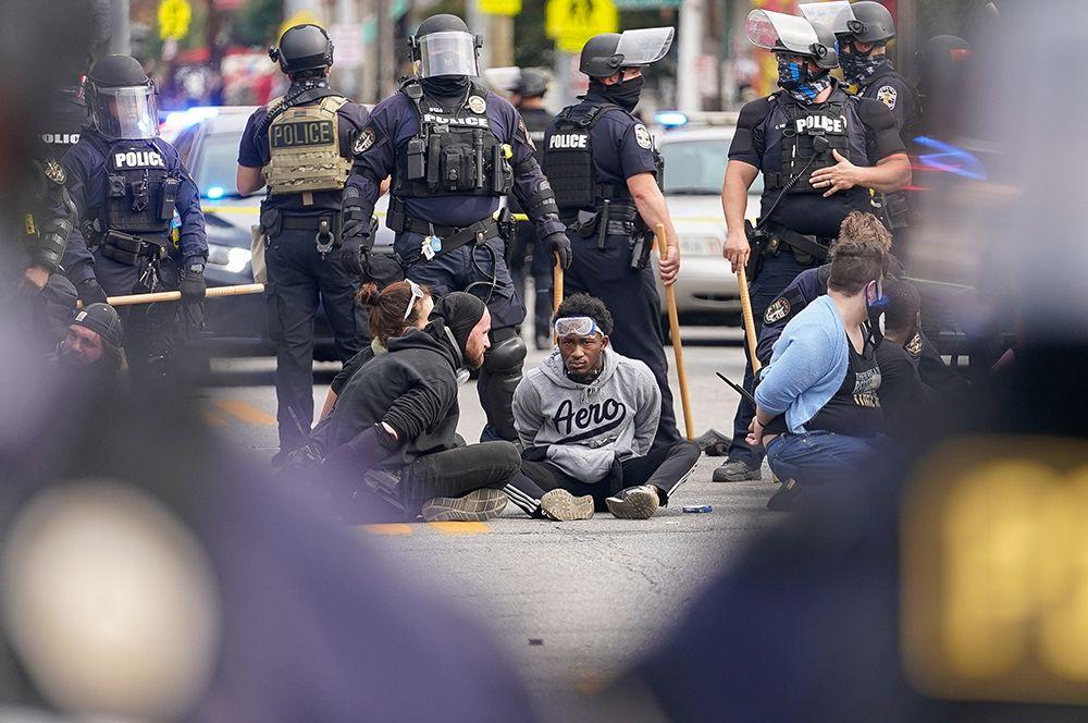 Протестующие после задержания полицией .