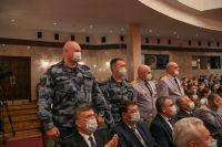 Говоря в послании о каждой сфере жизни Татарстана, Рустам Минниханов просил подняться с мест конкретных людей, присутствующих в зале, рассказывал об их заслугах, благодарил.