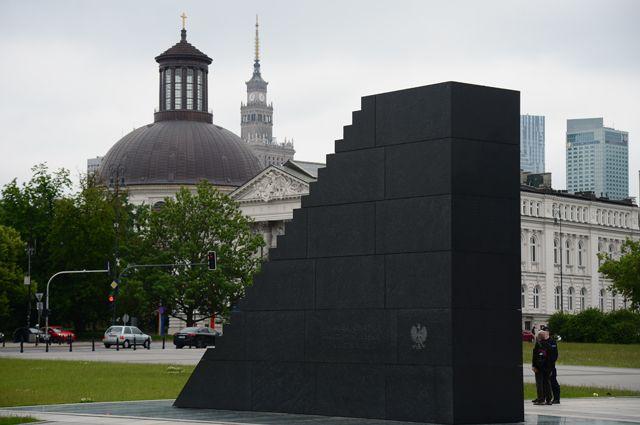 Памятник жертвам авиакатастрофы Ту-154 под Смоленском на площади Пилсудского в Варшаве.