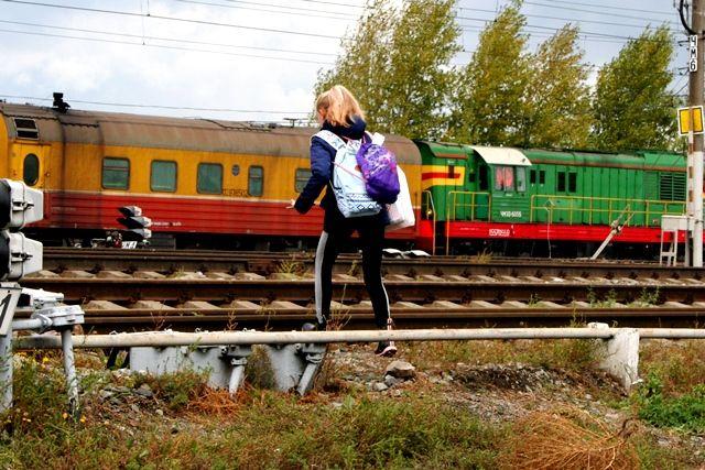Переходя пути в неположенном месте, дети и взрослые подвергают себя серьёзной опасности.