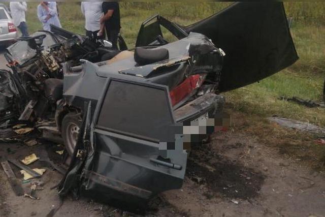 Водитель и пассажиры ВАЗ стали случайными жертвами свадебного ДТП.