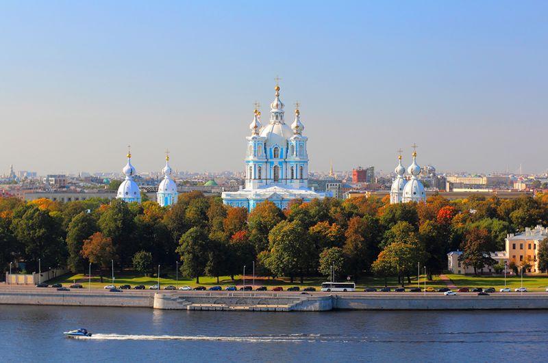 Санкт-Петербург. Вид на Смольный собор и набережную Невы.