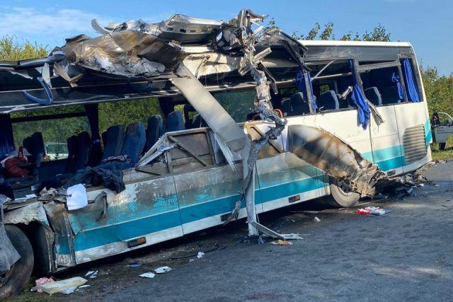 В районе поселка Круглово автобус столкнулся с песковозом. Есть погибшие