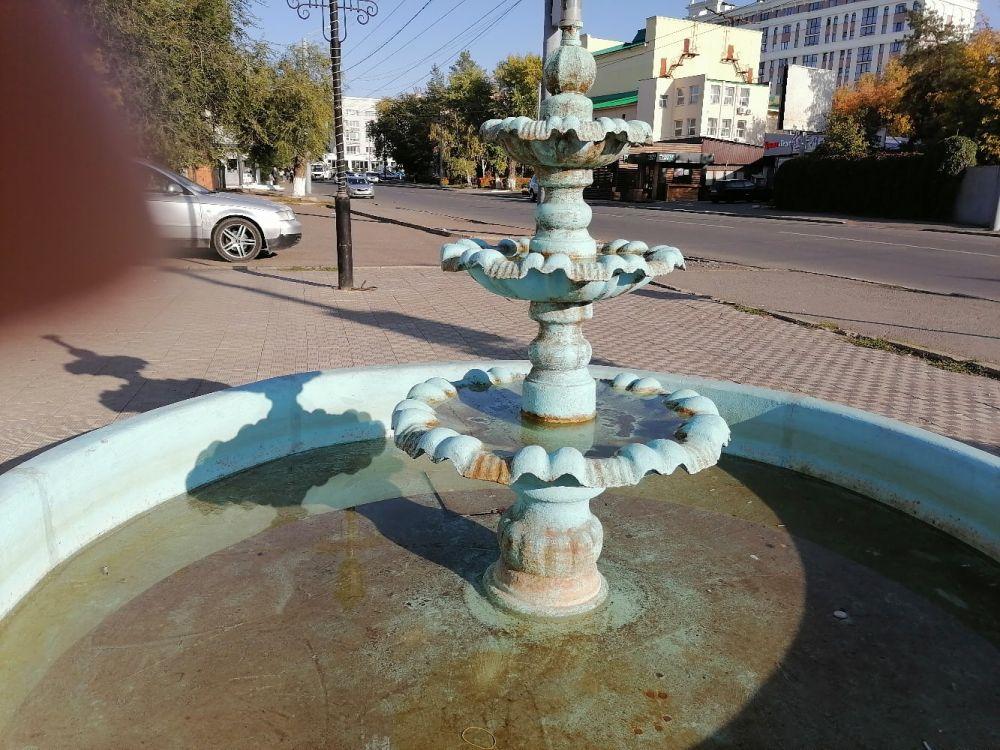 Хозяин кафе так и не запустил фонтан напротив своего заведения.