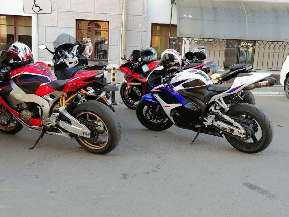 И шумные мотоциклисты как-то не очень беспокоили ревом моторов местное население по ночам. Даже скучно было.