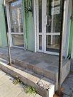 Пыльные стекла и трава, пробивающаяся сквозь плитки ступеней - печальная реальность.
