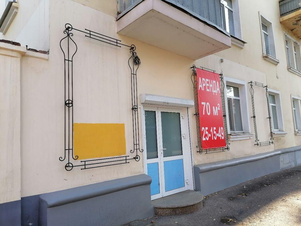 Там, где раньше красовалась реклама, теперь лишь вывески об аренде.