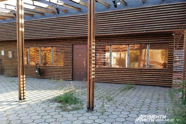В Оренбурге площадки у летних кафе плотно зарастают травой.