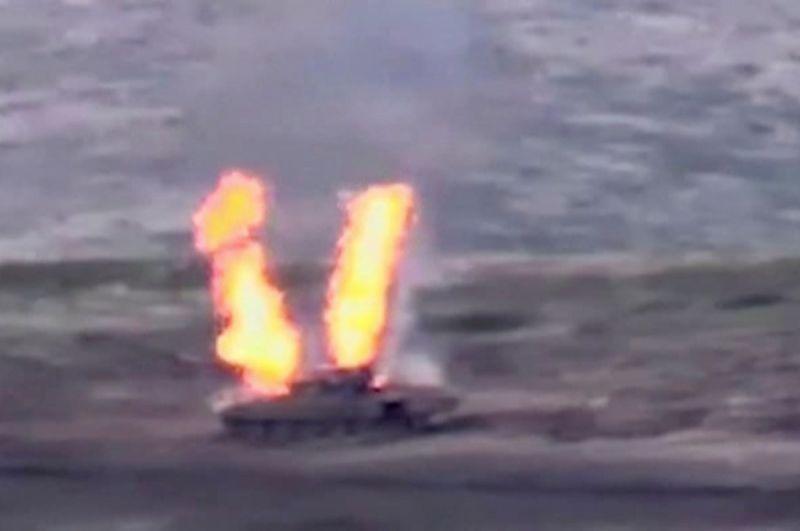 Азербайджанский бронетранспортер, уничтоженный вооруженными силами Армении в Нагорном Карабахе. Стоп-кадр из видео, опубликованного Министерством иностранных дел Армении.