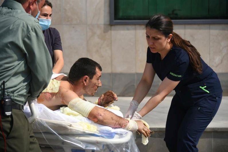 Специалисты оказывают медицинскую помощь мирному жителю, пострадавшему во время столкновений в Нагорном Карабахе. Снимок опубликован Министерством иностранных дел Армении.
