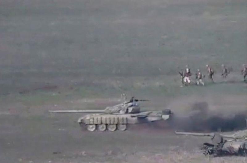 Азербайджанские танки и военнослужащие во время атаки в Нагорном Карабахе. Стоп-кадр из видео, опубликованного Министерством иностранных дел Армении.