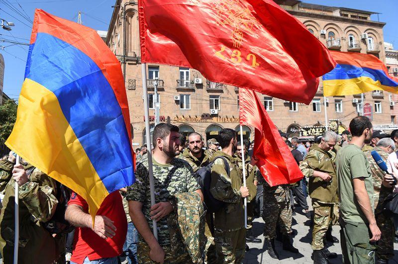 Сбор добровольцев в Ереване. Власти Армении объявили в стране военное положение и всеобщую мобилизацию из-за событий в Нагорном Карабахе.