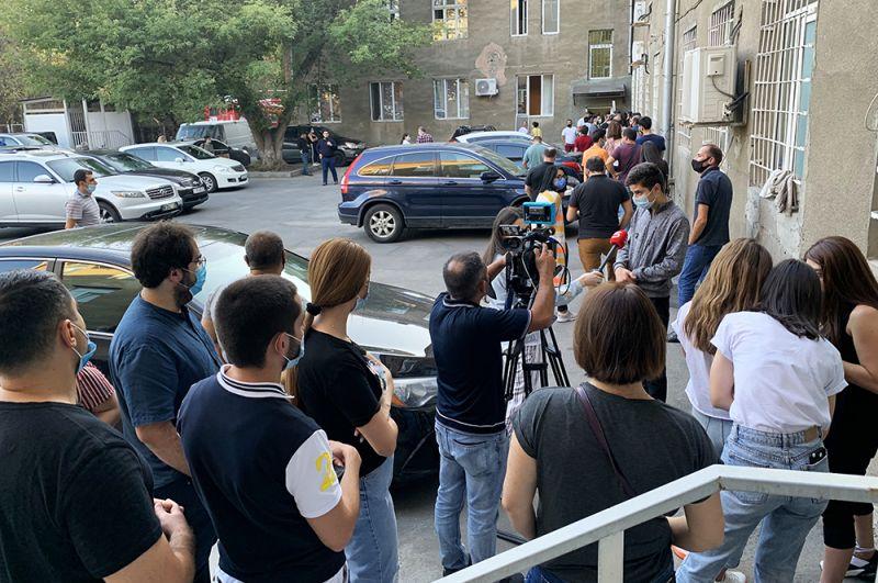 Люди выстроились в очередь у гематологического центра имени Р. Йоляна в Ереване для сдачи крови.