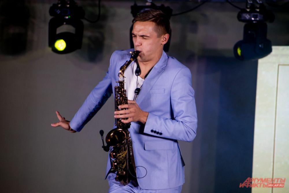 Перед началом мероприятия гостей развлекал саксофонист.